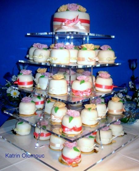 Svatební dort 31 svatební dort z dortíčků v potahové hmotě